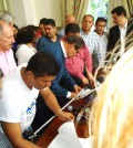 Momento en que el vicepresidente de Colombia, Angelino Garzón, y el vocero de la Mesa Nacional Agropecuaria y Popular de Interlocución y Acuerdo, MIA, firman el acta de acuerdo que permitió levantar el paro y desbloquear las vías del suroccidente del país.