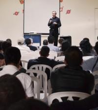"""El sacerdote José Tomás Garzón, en el ejercicio, denominado """"Enfuerce Espiritual"""""""
