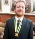 Juan Esteban Constaín Croce, escritor condecorado con el Escudo de la Muy Noble y Muy Leal Ciudad de Popayán, por el alcalde de la ciudad, Francisco Fuentes Meneses.