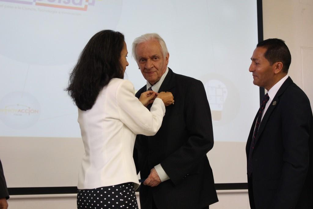 Momento en que el investigador Jorge Reynolds, recibía un reconocimiento de La Red InnovAcción Cauca.