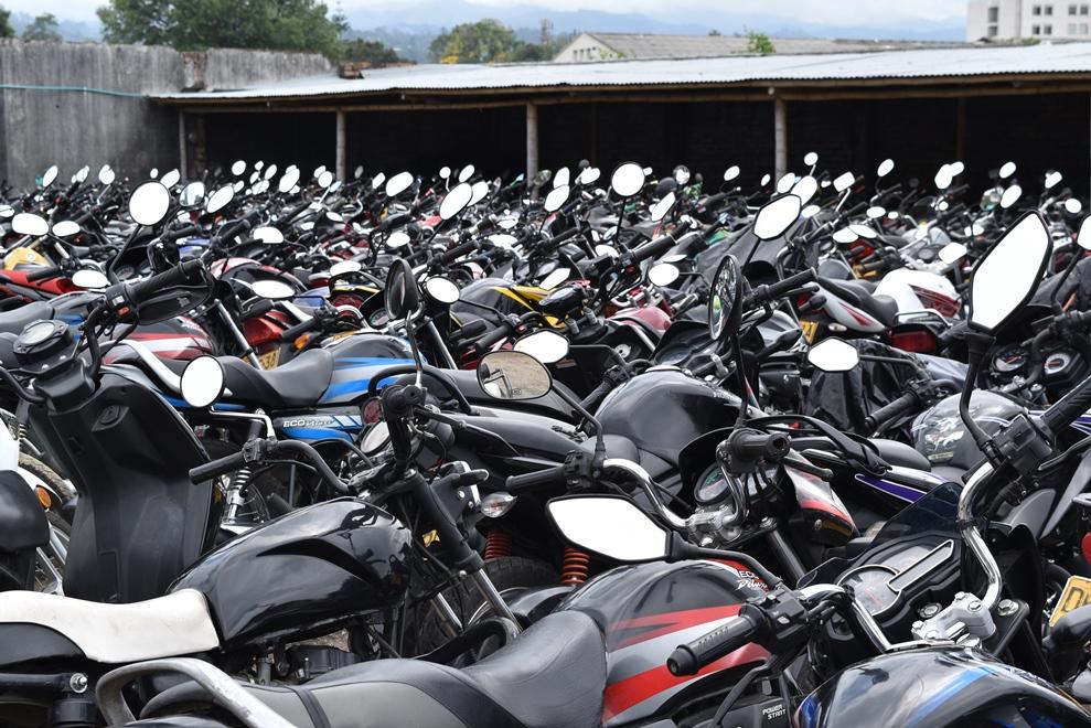 Llegan al patio 40 motos diarias en promedio. Más 500 llevan más de dos años y el costo por parqueadero y grúa supera el valor comercial de cada moto, por lo tanto no las reclaman. En dos patios hay 1.200 motos.