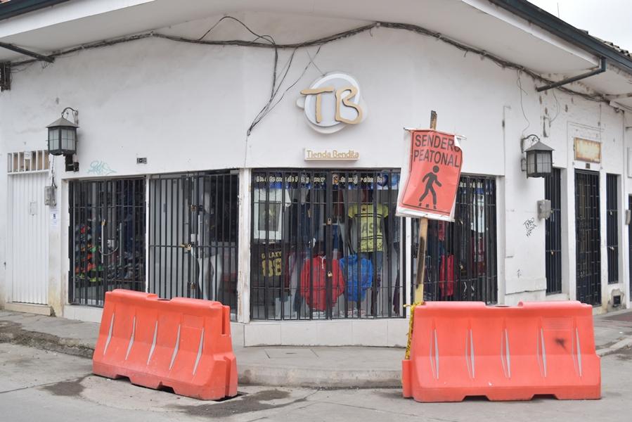 Son innumerables los atropellos contra el patrimonio arquitectónico del sector histórico de  Popayán. Las paredes blancas de calicanto fueron reemplazadas por vidrieras.