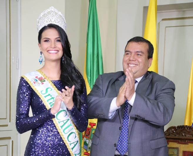 El gobernador Óscar Campo Hurtado, en la ceremonia de imposición de la banda a la Señorita Cauca, Mayra Daniela Vitoviz Medina.