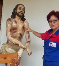 Foto 1 restauradora Patricia explica proceso