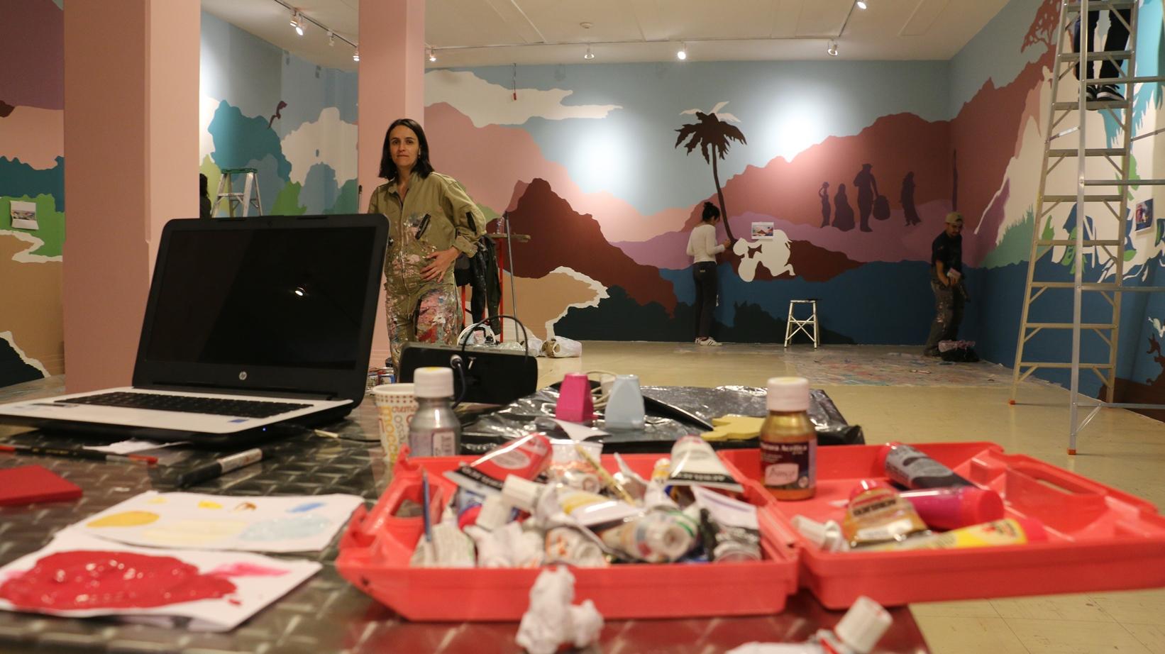 El mural comienza con la historia de las haciendas en su apogeo y culmina con una hacienda y una economía colapsadas, según explica la artista Gabriela Pinilla.