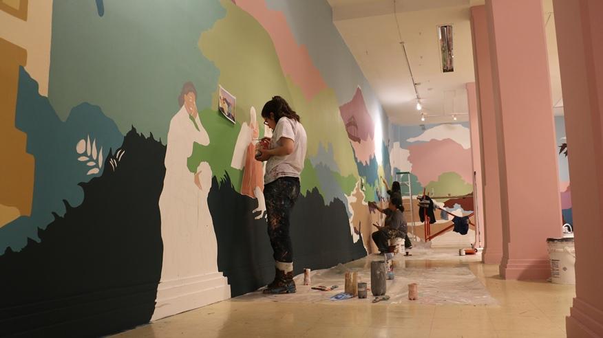 La artista Gabriela Pinilla, en el proceso de elaboración del mural.
