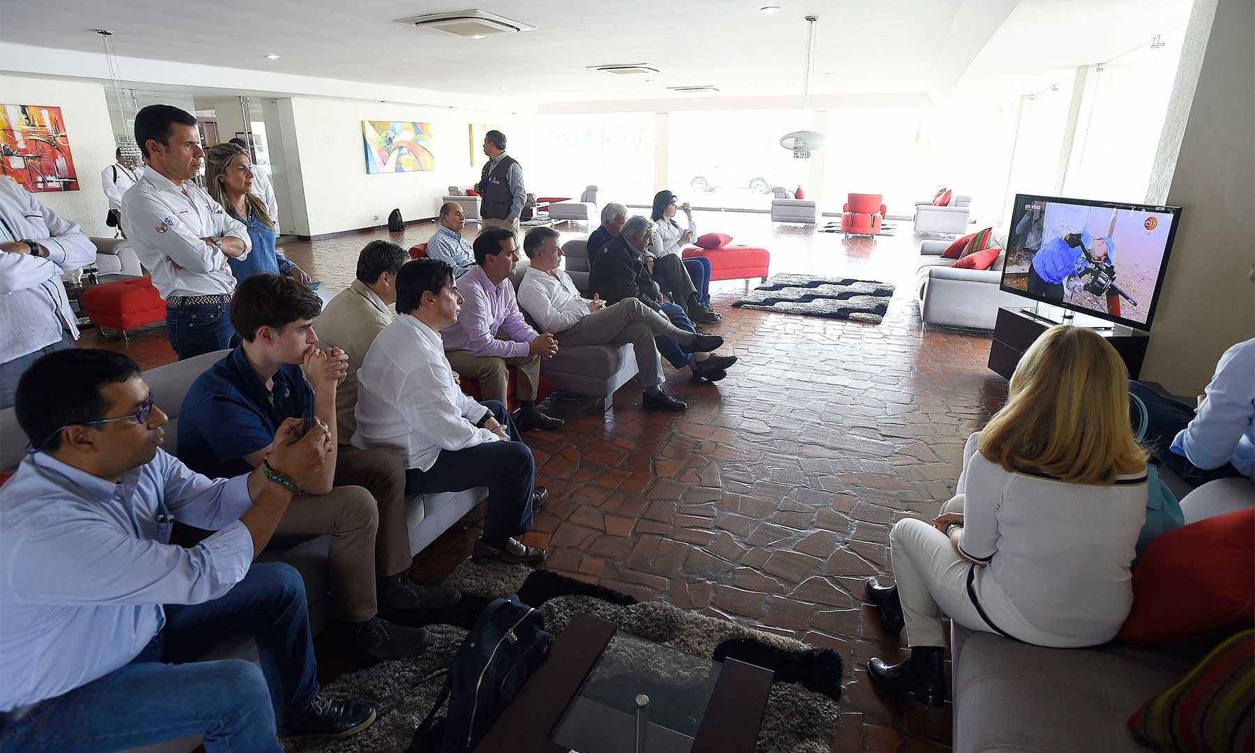 El Presidente Santos y los ex presidentes de España y Uruguay, Felipe González y José Mujica, hicieron seguimiento desde Cali al acto de dejación de armas de las FARC, cumplido en la zona veredal de La Elvira, en Buenos Aires, Cauca.