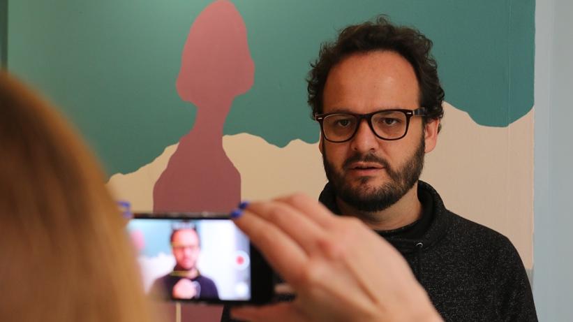 El escritor Juan Cárdenas, curador de arte.