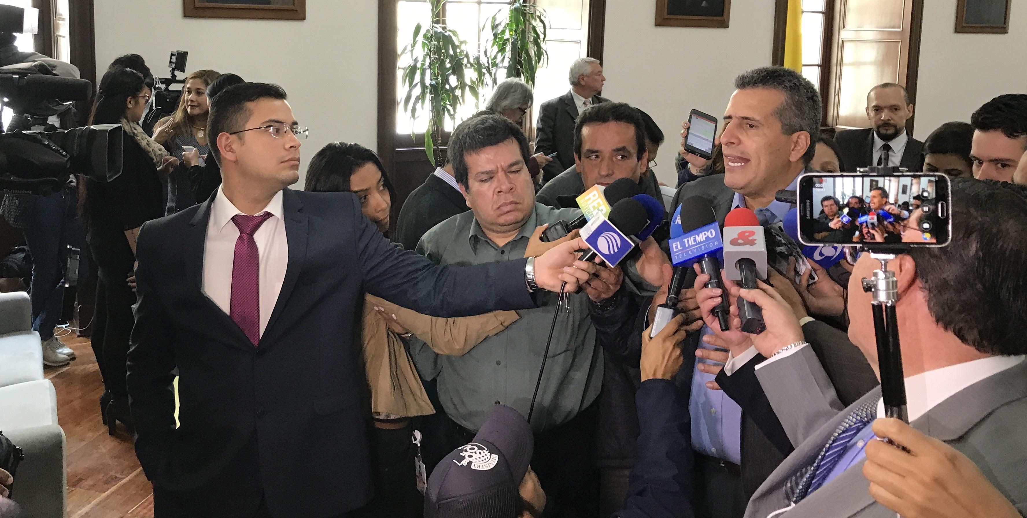 El senador Luis Fernando Velasco, en declaraciones a los medios, luego de la aprobación en último debate de la modificación del servicio militar obligatorio.