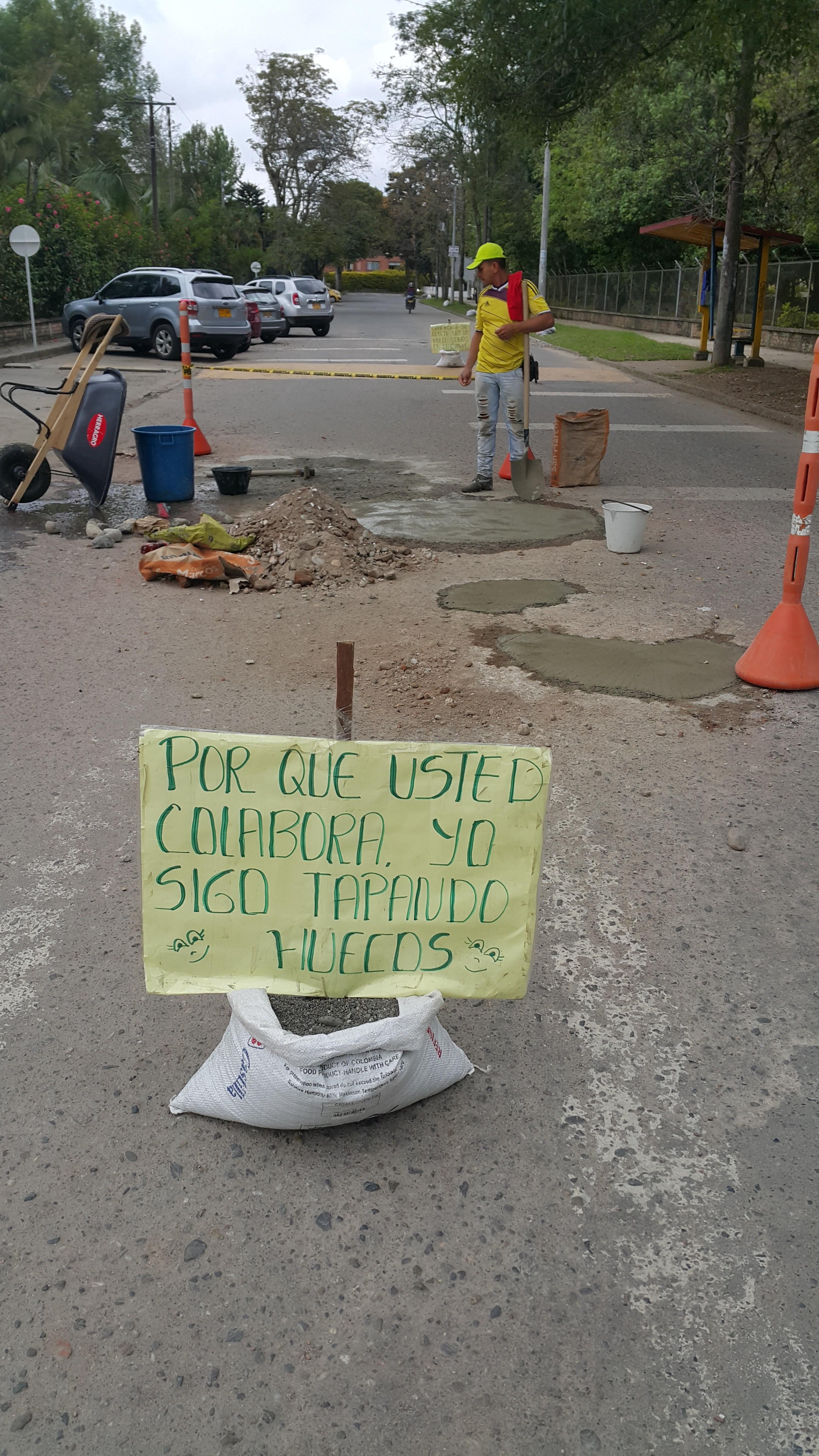 """Al sector de Campamento, solo ha acudido el llamado """"Tapa Huecos"""", cuyo trabajo destruyó aún más el pavimento, como se ve en las demás imágenes."""