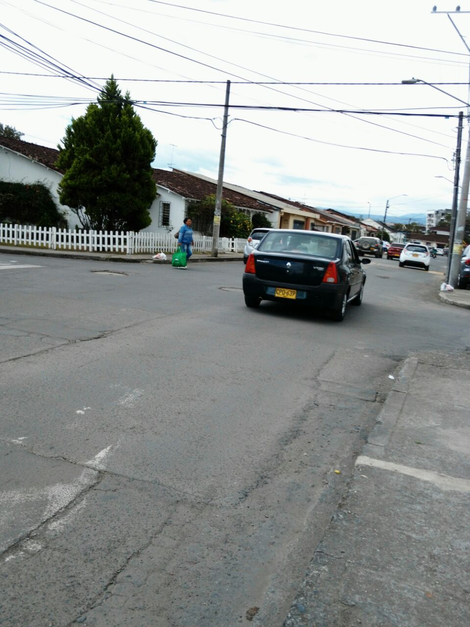 Esquina en donde una conductora, que llevaba la vía, estuvo a punto de colisionar con la moto del atracador.