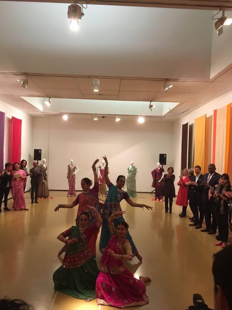 Con los saris de fondo, se presentarán danzas de la India.