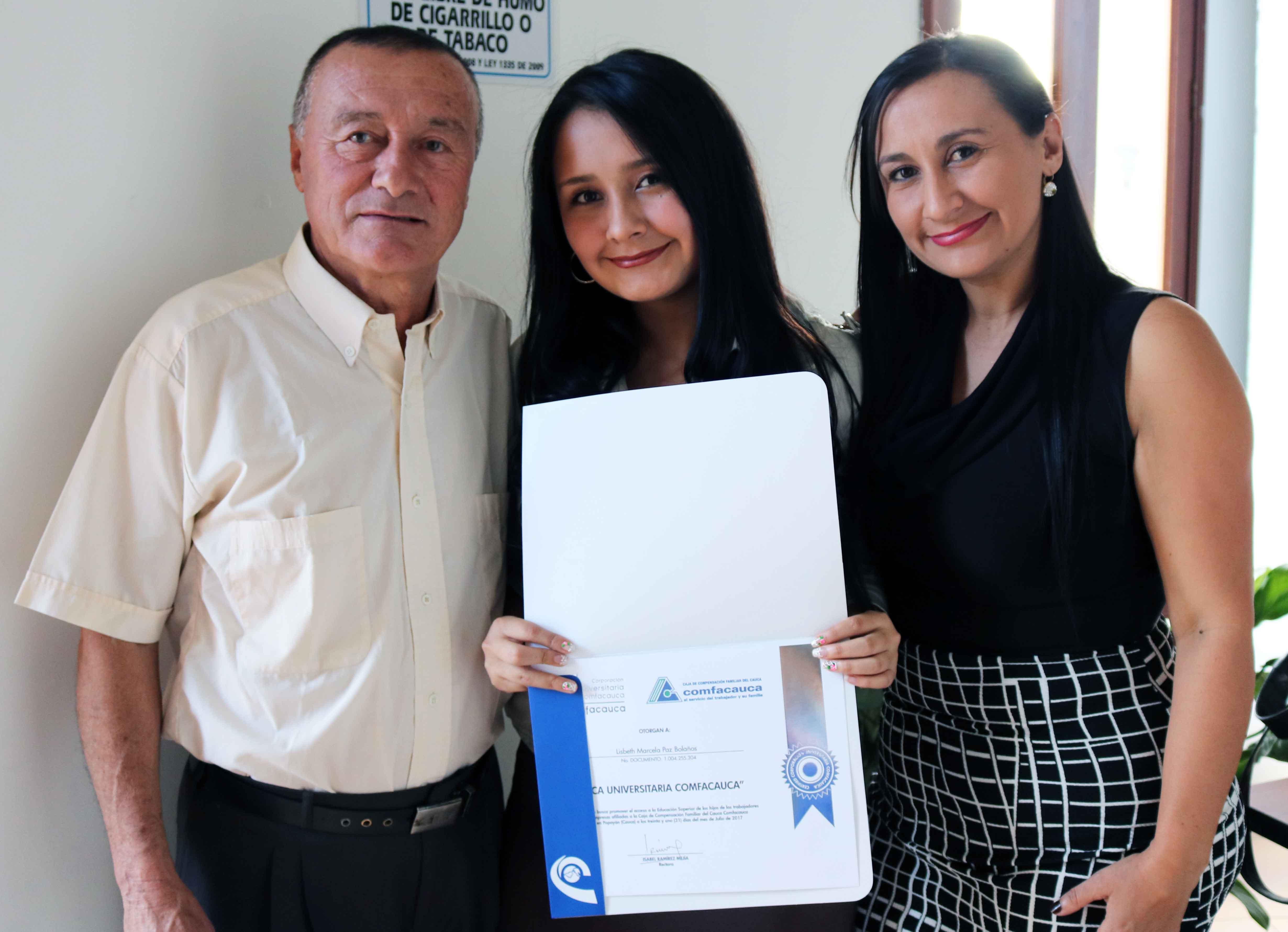 Lizbeth Marcela Bolaños, con sus padres.