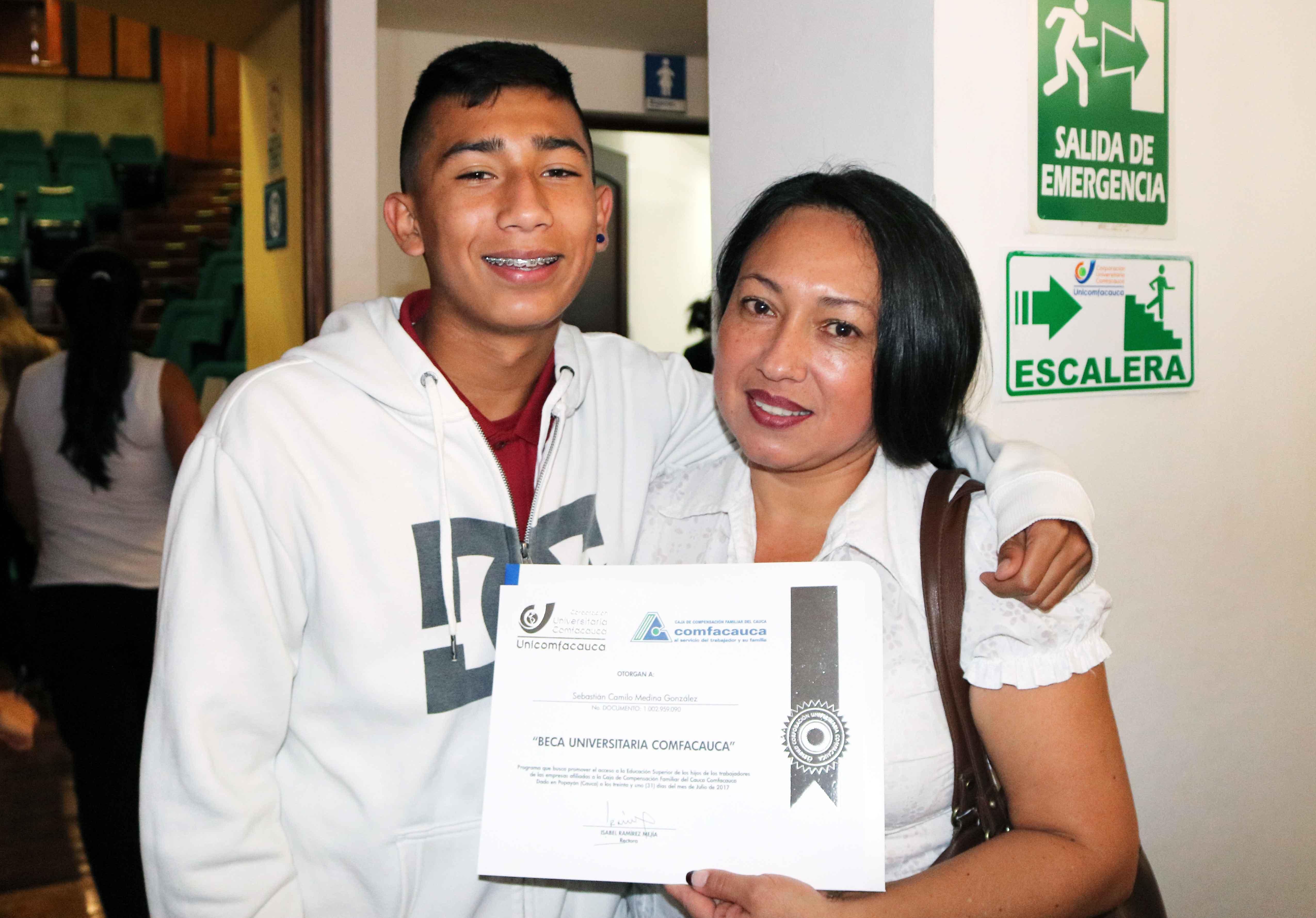 Sebastián Camilo Medina, posa con su mamá.
