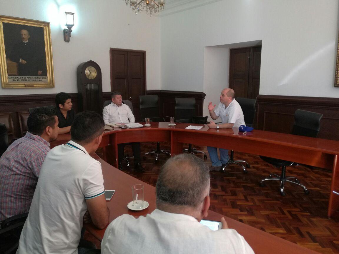 Reunión en la Alcaldía de Popayán, para solicitar derogatoria de decreto que regula expendio de licores.