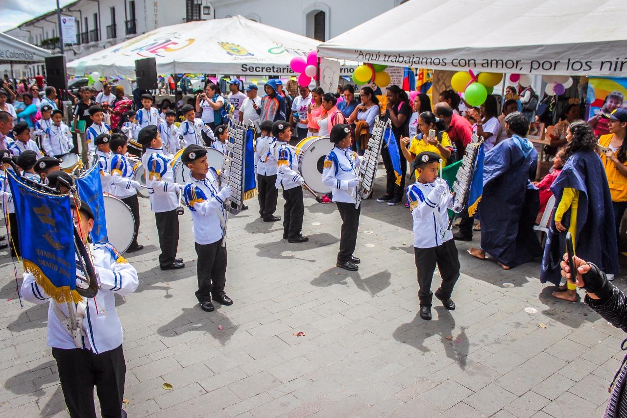 Las bandas de música de colegios pusieron la nota festiva en la Lactaton.