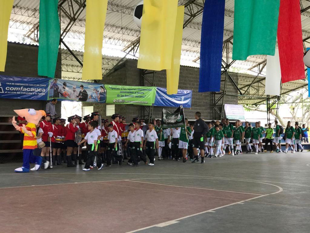 Los diferentes equipos desfilaron en la ceremonia inaugural.