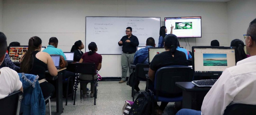 Alumnos con limitación auditiva en clase con el intérprete Brian Eduardo Casas, en Comfacauca.