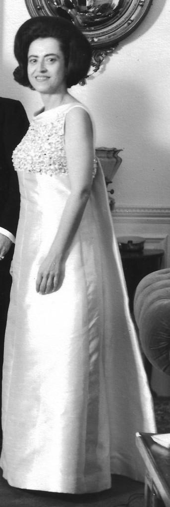 Esta fotografía de Luz Valencia de Uruburu, corresponde a 1968, cuando asistía al Palacio de Buckigham al Baile de la Reina, ofrecido por la soberana de Inglaterra en honor al cuerpo diplomático.