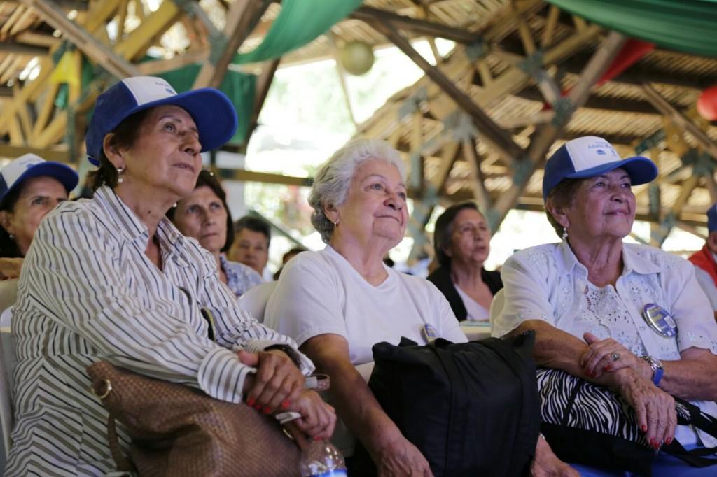 Los adultos mayores de Cali disfrutaron de su día con música, premios y mucha alegría.