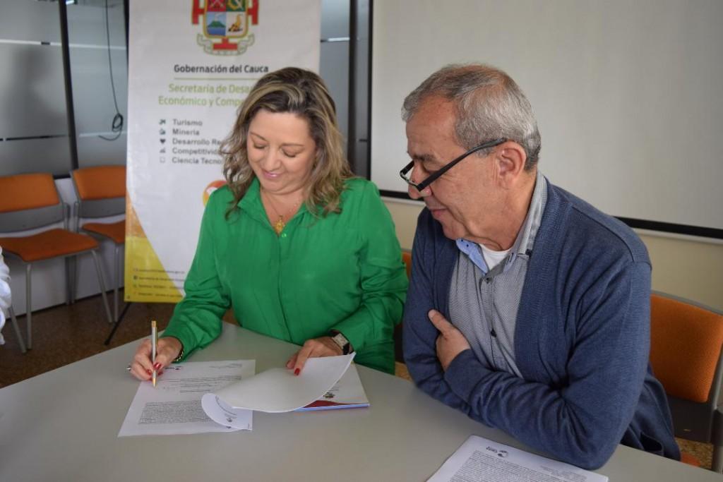 La gerente de Propaís, María Lucía Castrillón y el secretario de Desarrollo Económico del Cauca, Juan Carlos Maya, en la firma del convenio marco.