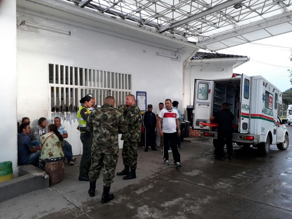 En 15 ambulancias fueron remitidos a clínicas y hospitales los afectados por la descarga eléctrica.
