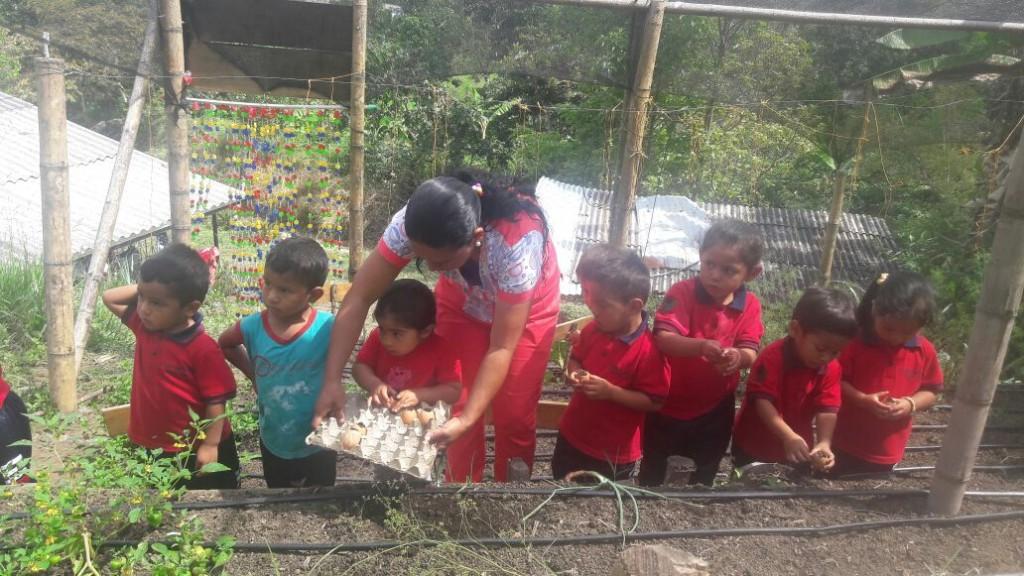 María Adriana Mosquera les enseñó a los niños a preparar la tierra para la siembra con  cáscaras de papa, zanahoria y otros desechos.