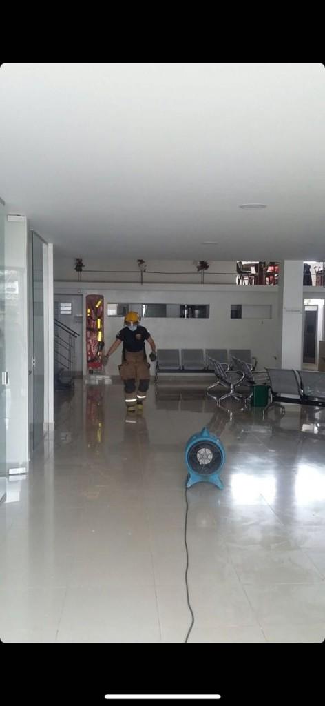 Momento en que los bomberos adelantaban el proceso de extracción de gases en Medimás.