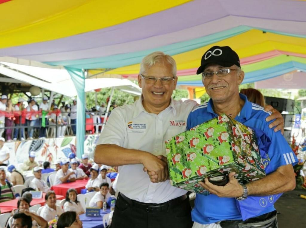 El gerente general del Consorcio Colombia Mayor, Juan Carlos López Castrillón,  entregó premios que se sortearon entre los asistentes.